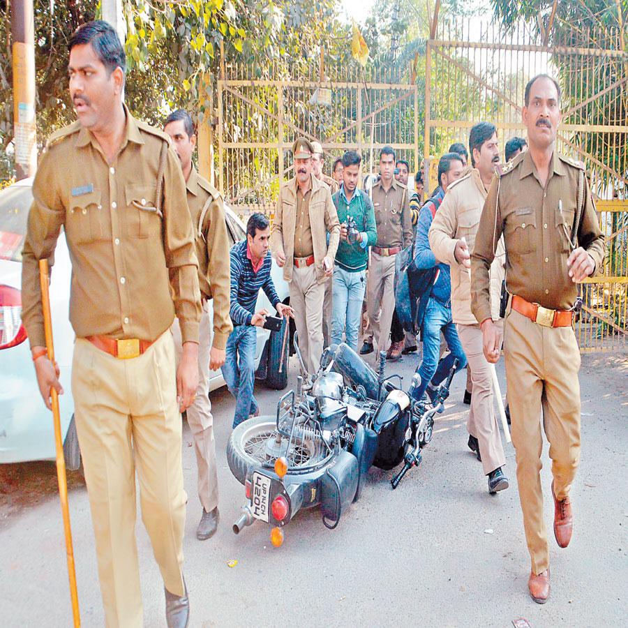 लव जिहाद: पुलिस संरक्षण में हुआ शादी का रिसेप्शन, लोगों ने किया जमकर हंगामा