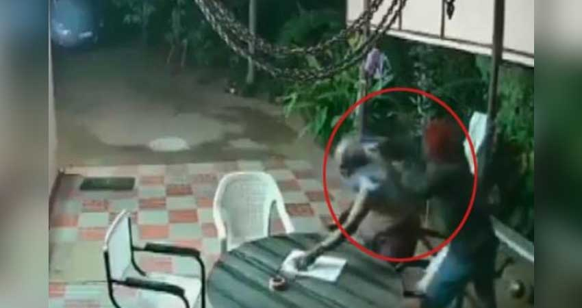 बुजुर्ग दंपत्ति ने हथियार बंद चोरों को चप्पल और कुर्सी से दौड़ा-दौड़ा कर भगाया, देखें Video