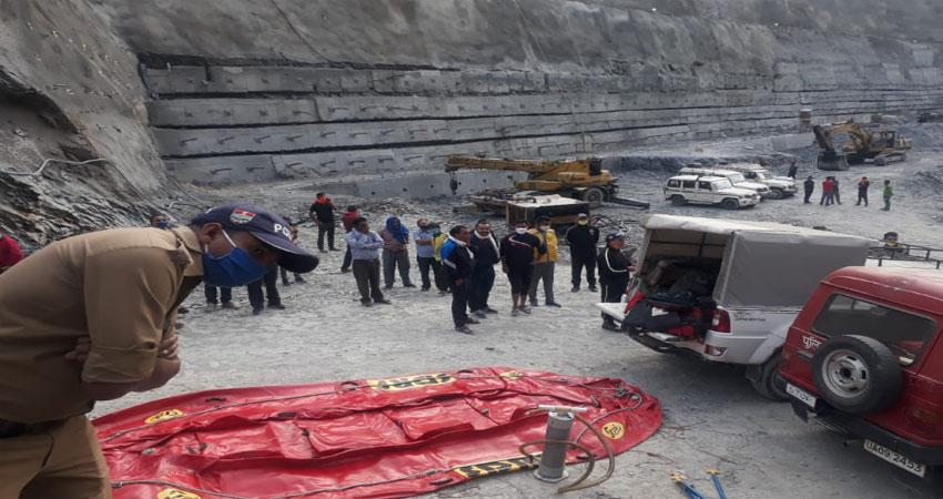 टिहरी झील में समाया वाहन, एक युवती का शव बरादम, रेसक्यू जारी