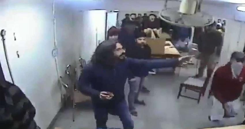 CAA Protest: जामिया हिंसा के 28 वीडियो आए सामने, पुलिस पर पत्थर चलाते दिखे छात्र!