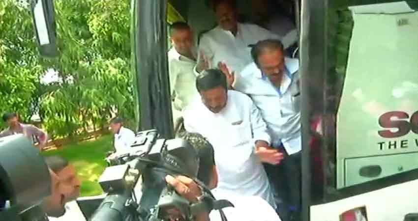कर्नाटक: कांग्रेस का आरोप, ''केंद्र के कब्जे में है हमारा विधायक''