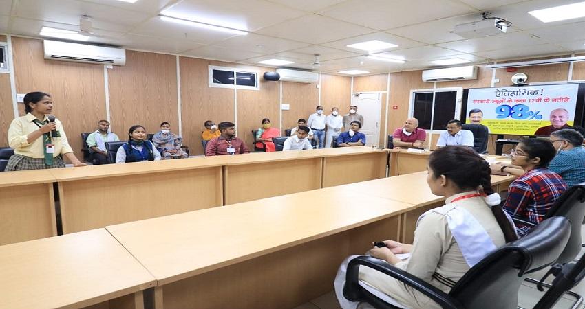 दिक्कतों का सामना कर 12वीं में ''अव्वल'' आने वाले छात्रों से CM केजरीवाल ने की मुलाकात