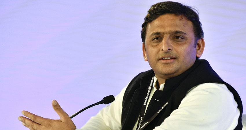 BJP के जूताकांड पर अखिलेश का तंज, कहा-अनुशासित पार्टी में जूतों का सादर आदान-प्रदान