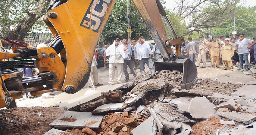 जेई के निलंबन का विरोध कर रहे है अधिकारी, अवैध निर्माण की रुकी कार्रवाई