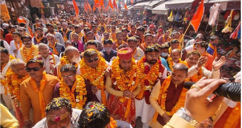 गंगा मैया के जयकारों के साथ हर की पैड़ी पर स्थापित हुई धर्म ध्वजा