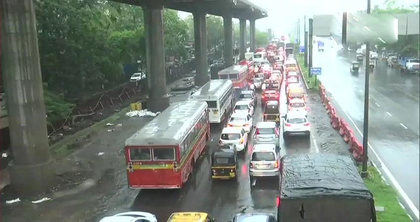 मुंबई में मानसून ने दी दस्तक, भारी बारिश के बाद लोकल ट्रेन सेवाएं निलंबित