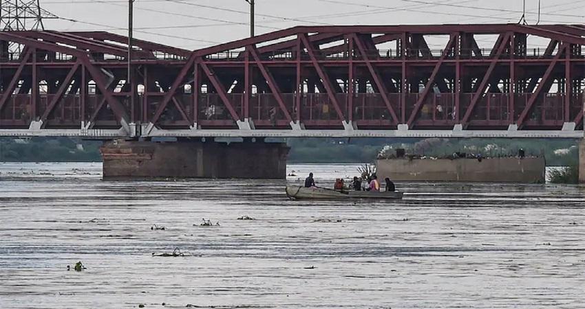 यमुना खतरे के निशान के बेहद करीब, तेजी से बढ़ रहा जल स्तर