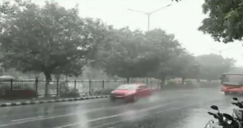 Delhi Rain: हल्कि बारिश ने दिल्ली को दी प्रदूषण से थोड़ी राहत