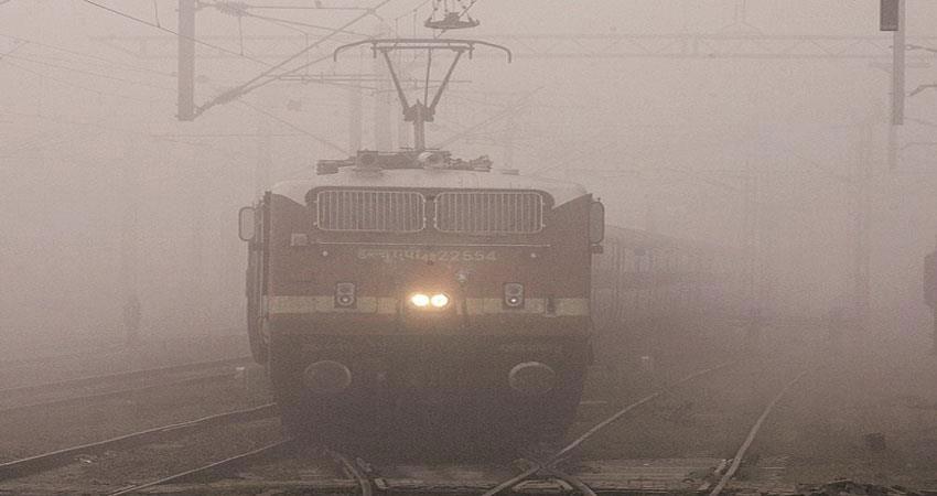 सर्दी के साथ राजधानी में कोहरे का कहर जारी, देरी से चल रही 13 ट्रेनें