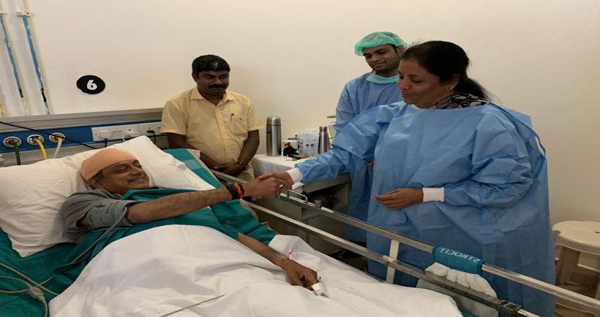 राजनीति से हटकर घायल थरूर सेअस्पताल में मिलने पहुंची रक्षामंत्री सीतारमण