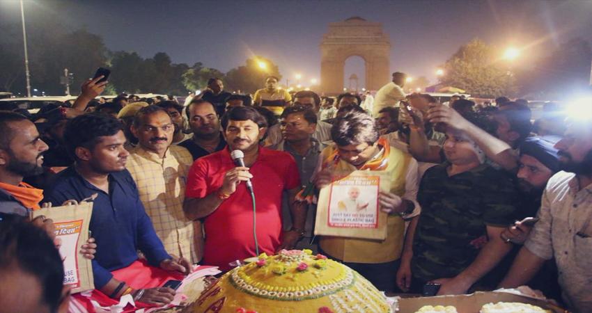 PM मोदी के जन्मदिन पर तिवारी ने इंडिया गेट पर काटा 69 किलो का लड्डू केक