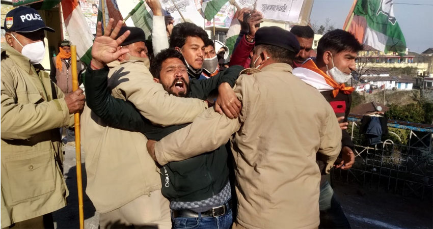कांग्रेस कार्यकर्ताओं ने किया मुख्यमंत्री के काफिले को रोकने का प्रयास, की नारेबाजी