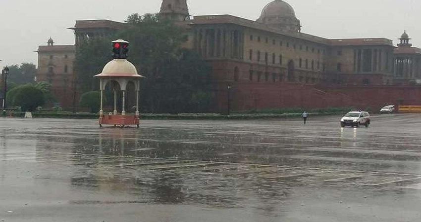 दिल्ली में सीजन की पहली बारिश से बढ़ी ठिठुरन, आज भी कई राज्यों में बारिश की संभावना
