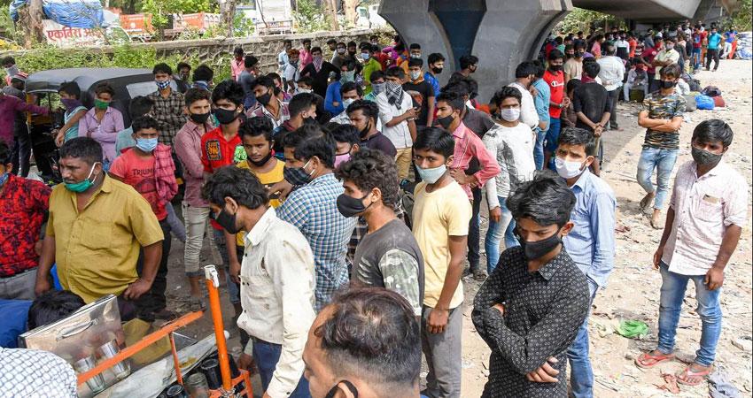 Lockown का खौफ! रेलवे स्टेशन से लेकर बस स्टैंड पर लगी प्रवासी मजदूरों की भारी भीड़