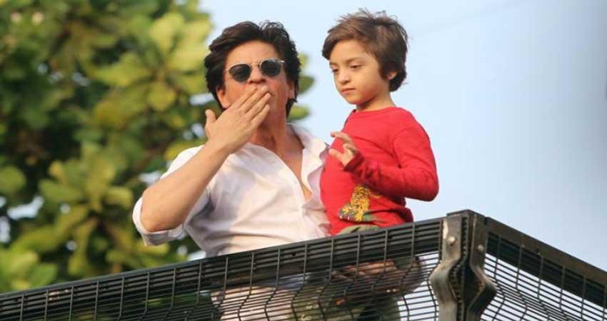 ईद के मौके पर शाहरुख खान की एक झलक पाने के लिए लगी फैंस की भीड़, देखें Video