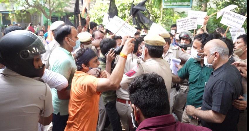 सिसोदिया ने BJP पर लगाया स्कूल में तोड़-फोड़ का आरोप, पूछा- पढ़ने लिखने से इतनी चिढ़ क्यों