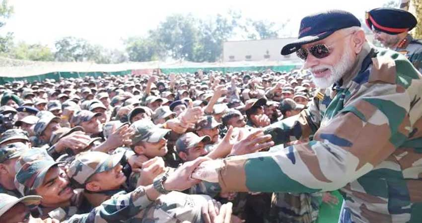 PM मोदी ने जवानों से बात करते हुए कहा, POK की कसक मेरे दिल में है