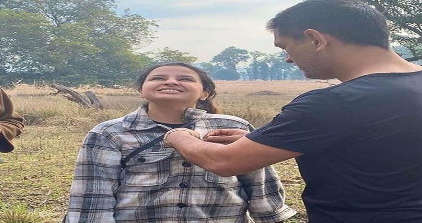 MS Dhoni ने पत्नी साक्षी पर लगाया 'चोरी' करने का आरोप