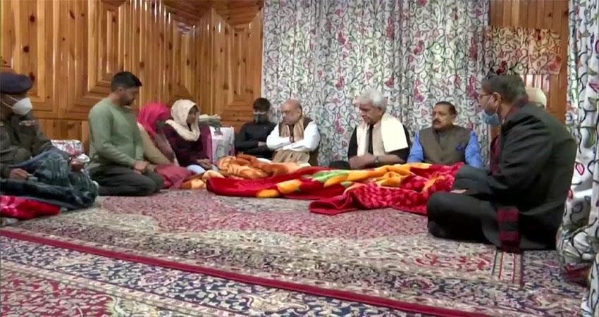 कश्मीर के शहीद पुलिसकर्मी के परिजनों से मिले अमित शाह, कहा- पूरा देश आपके साथ
