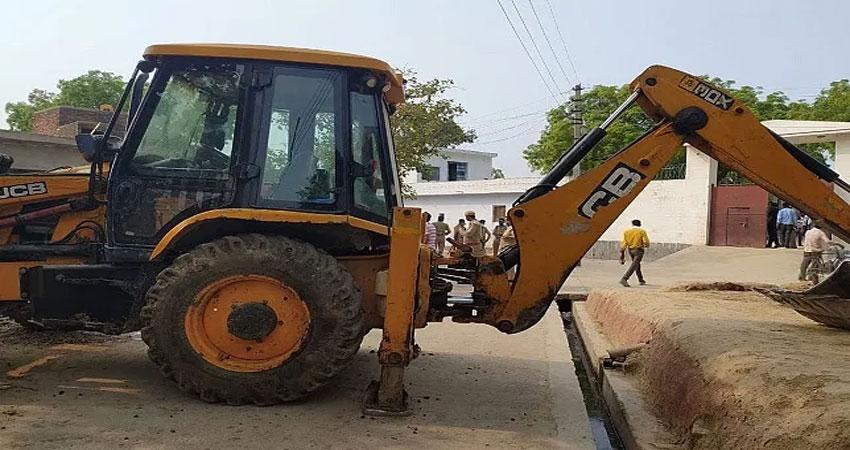 कानपुर पुलिस हमला: हिस्ट्री शीटर विकास दुबे के खिलाफ बड़ी कार्रवाई, जेसीबी से गिराया जा रहा है घर