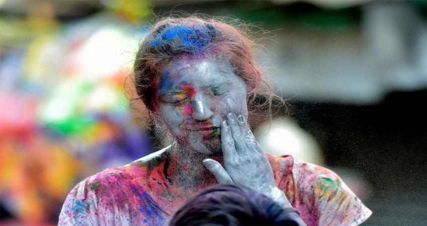 Holi 2020: चंद मिनटों में केमिकल वाले रंगों को छुड़ाने के लिए अपनाएं ये घरेलू उपाय