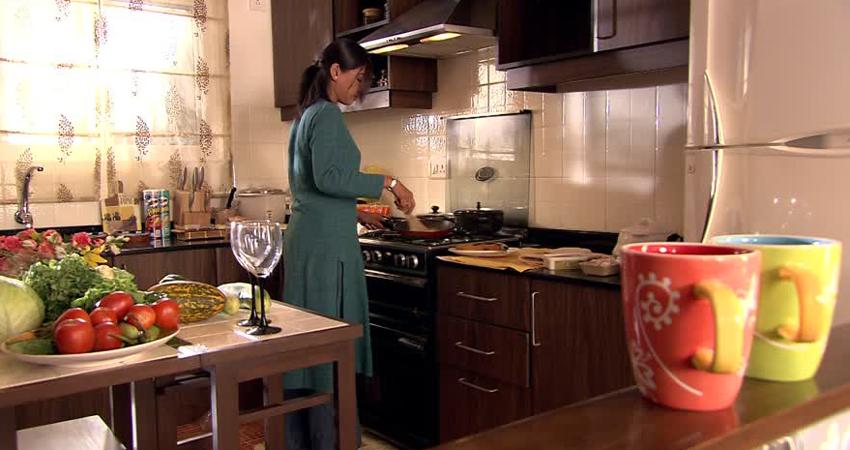 किचन में खाना बनाने का ये तरीका लाएगा सुख शांति, आजमाएं वास्तु टिप्स
