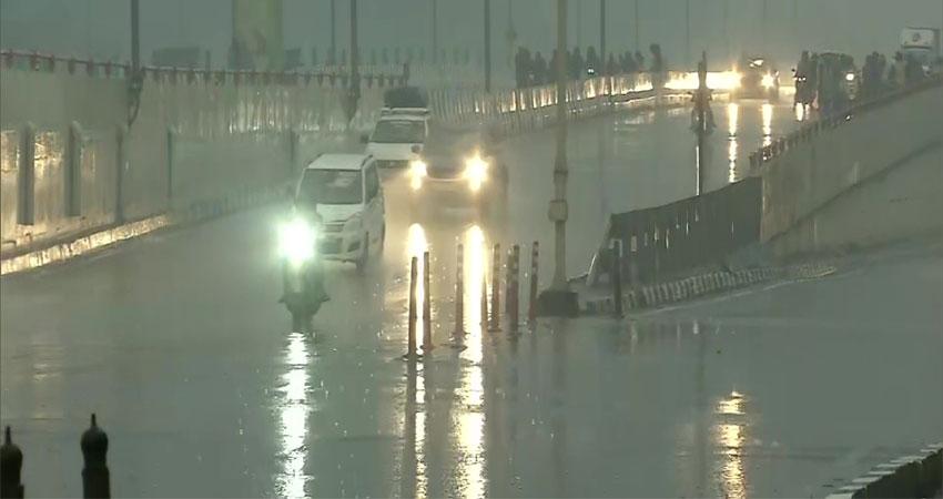 Delhi-NCR मेंझमाझम बारिश से दिन में ही छाया अंधेरा, वीकेंड का लोगों ने उठाया मजा