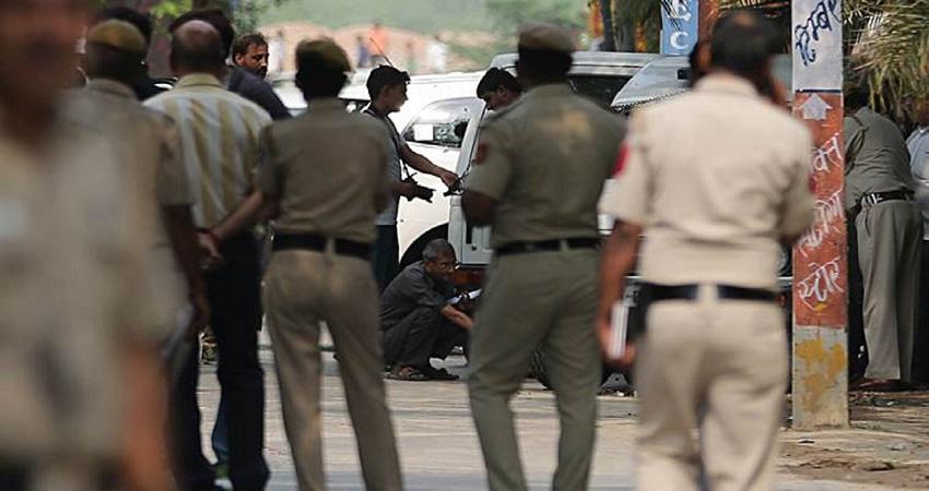 दिल्ली गुरुग्राम बॉर्डर पर ग्रामीणों को रोका तो पुलिस पर किया पथराव