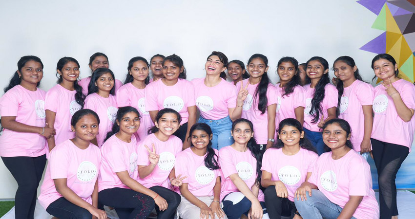 विश्व योग दिवस पर जैकलीन ने NGO के बच्चों के लिए आयोजित किया योग सेशन