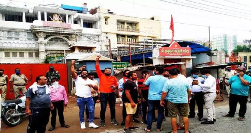 दिल्ली के हनुमान मंदिर में खुजराहो जैसी मूर्तियां मिलने पर हिंदू संगठनों ने किया हंगामा