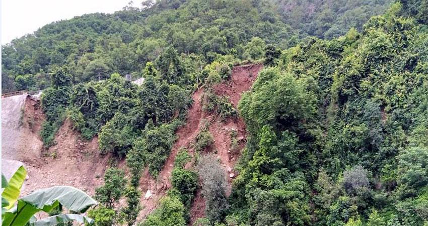 रेलवे सुरंग निर्माण को कर रही विस्फोट, खतरे में ग्रामीण