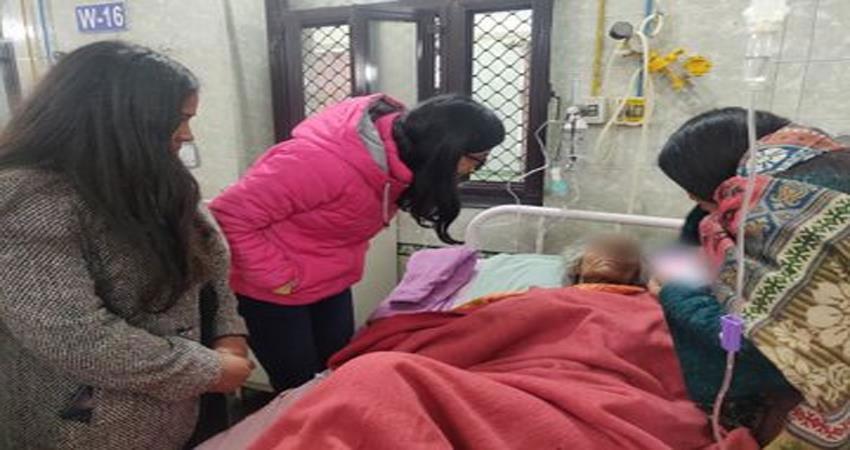 80 साल की बूढ़ी मां को दिल्ली पुलिस अफसर ने सड़क पर छोड़ा, शरीर पर मिले गहरे घाव