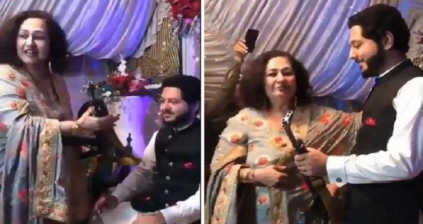 Pakistan की इस शादी में दूल्हे को एके 47 राइफल मिली गिफ्ट, देखकर दूल्हा चौंका...