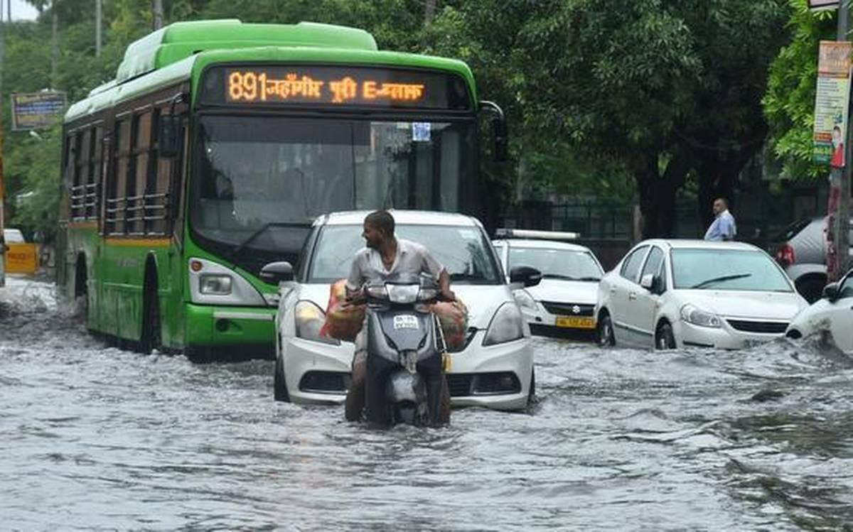 भारी बारिश से बेहाल हुई दिल्ली, यमुना का जलस्तर चेतावनी के निशान पर