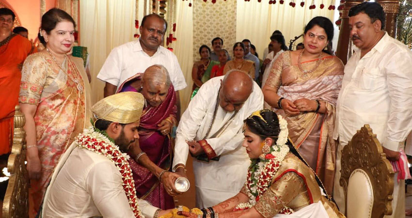 कर्नाटक के पूर्व मुख्यमंत्री के बेटे की शादी,उड़ी लॉकडाउन नियमों की धज्जियां