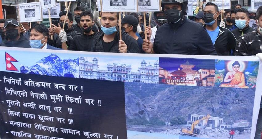 नेपाल की जमीन पर चीन ने कब्जा कर बनाई इमारत, सड़कों पर उतरे लोग