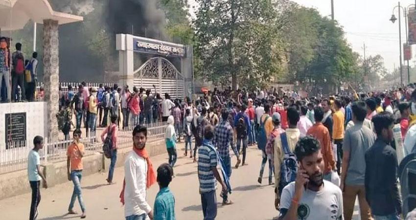 कोचिंग बंद होने पर भड़के छात्र, यात्री शेड को किया आग के हवाले