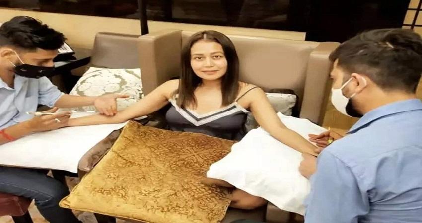 नेहा के हाथों में लगी रोहनप्रीत के नाम की मेहंदी, सोशल मीडिया पर छाईं तस्वीरें