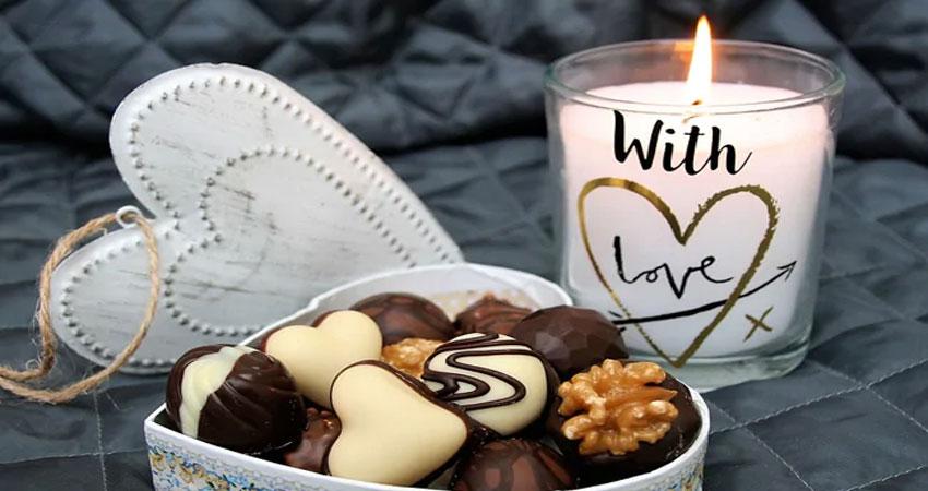 #ChocolateDay: सिर्फ चॉकलेट देकर नहीं, इन तरीकों से बढ़ाएं अपने रिश्ते में मिठास
