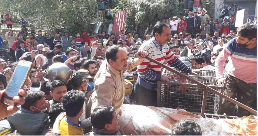 आवासीय भवन में घुसा गुलदार, चार घंटे के बाद वन विभाग ने किया पिंजरे में किया कैद