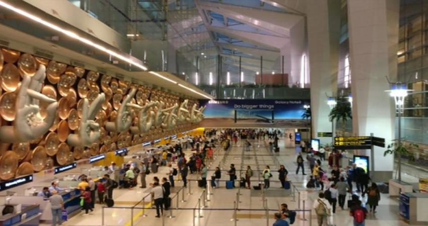 जानिए क्यों एयरपोर्ट के ग्राउंड स्टाफ पर क्यों चीख रहे हैं कतार में खड़े मुसाफिर...