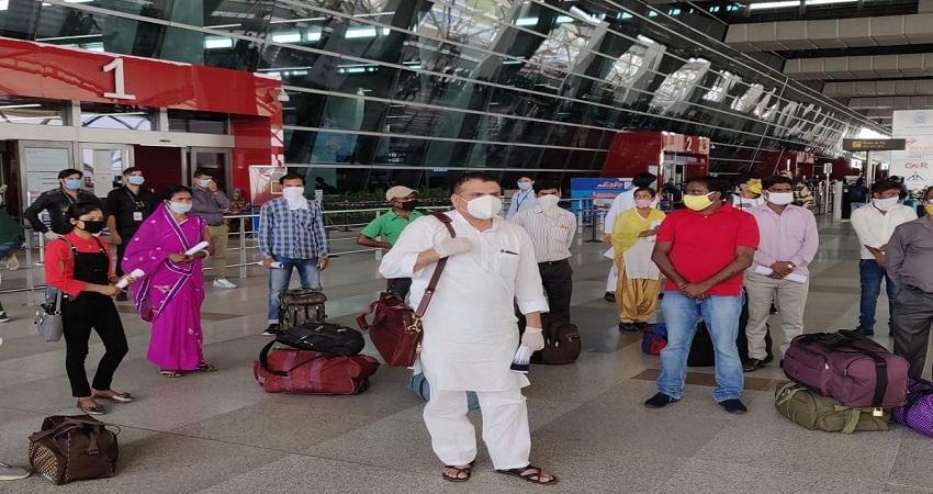 33 प्रवासी मजदूरों को फ्लाइट से पटना ले जा रहे AAP सांसद, CM केजरीवाल ने की सराहना