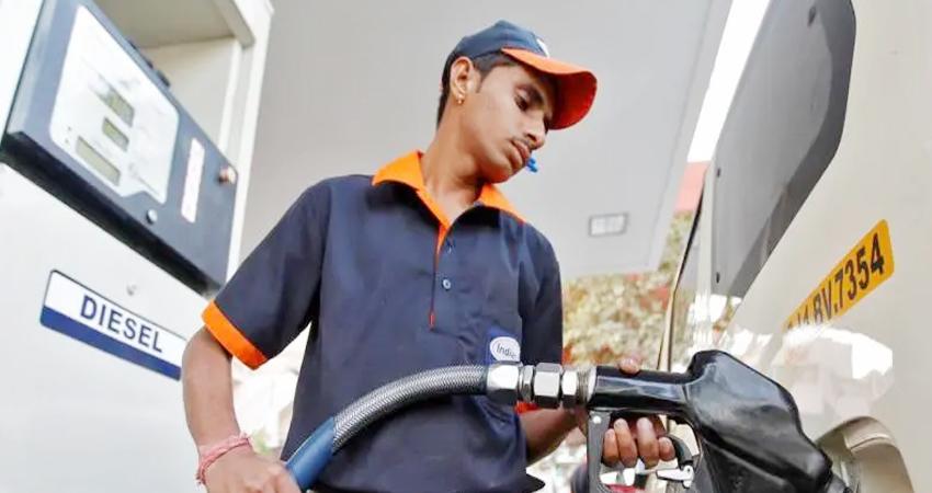 फिर बढ़े ईंधन के दाम, इन शहरों में पेट्रोल 100 रुपये प्रति लीटर के पार