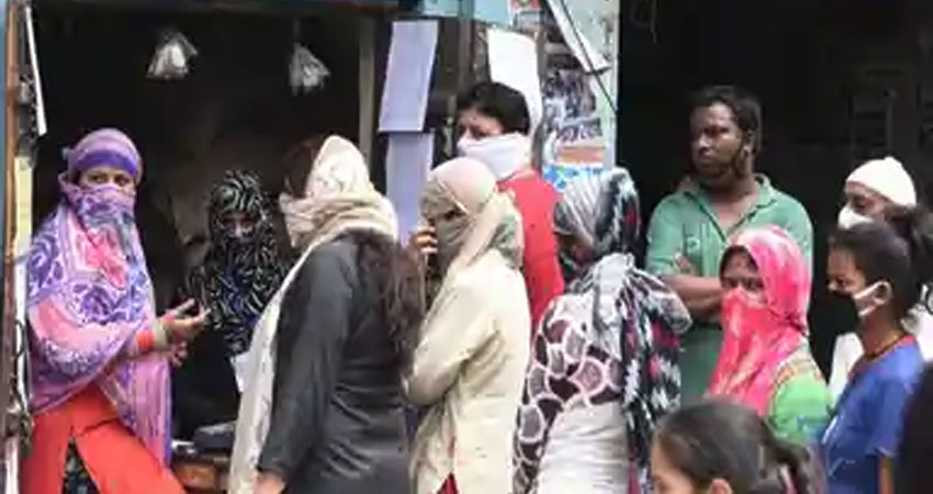 कोरोना: सोशल डिस्टेंसिंग का बना मजाक, कर्नाटक के रेड जोन एरिया में राशन लेने उमड़ी भीड़
