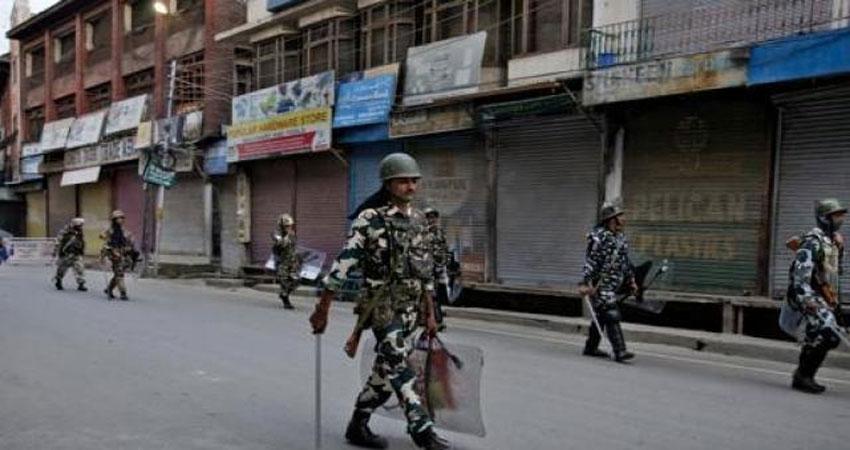 आतंकियों की धमकी के बाद कश्मीर में तीन दिनों से बाजार बंद, सड़कों से वाहन नदारद