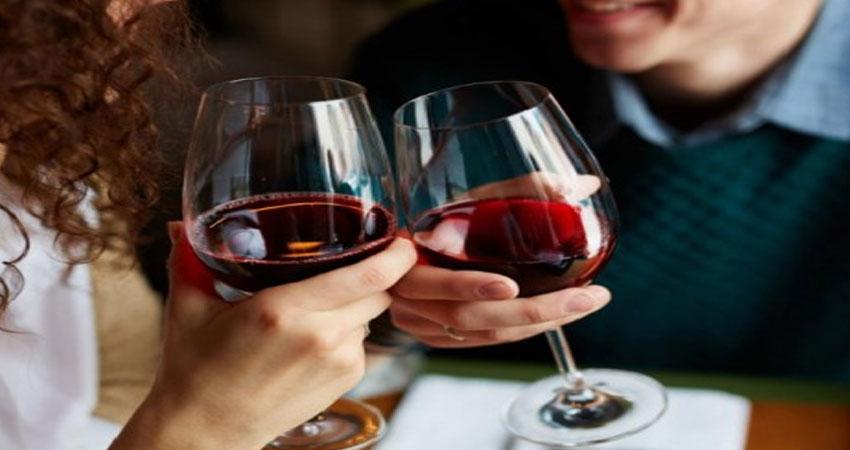 कैंसर औरडायबिटीज जैसे कई गंभीर बीमारियों से लड़ने में मदद करता हैRed Wine का एक ग्लास