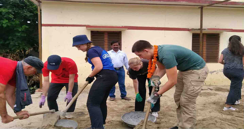 नीदरलैंड से आए बच्चों ने प्राथमिक विद्यालय में की सफाई, पौधारोपण के लिए खोदे गड्ढे