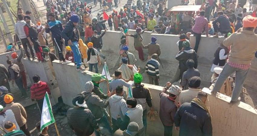 किसानों को रोकने के लिए दिल्ली-गाजियाबाद बॉर्डर पर लगाए गए कंक्रीट के अवरोधक