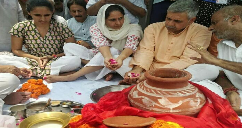 हरिद्वार की हरकी पैड़ी पर दिवंगत शीला दीक्षित की अस्थियों को विसर्जित करने पहुंचे उनके परिजन