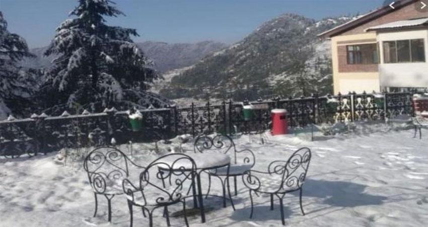 हिमाचल: शिमला में बर्फबारी और बारिश से मौसम हुआ सुहावना, देखें वीडियो